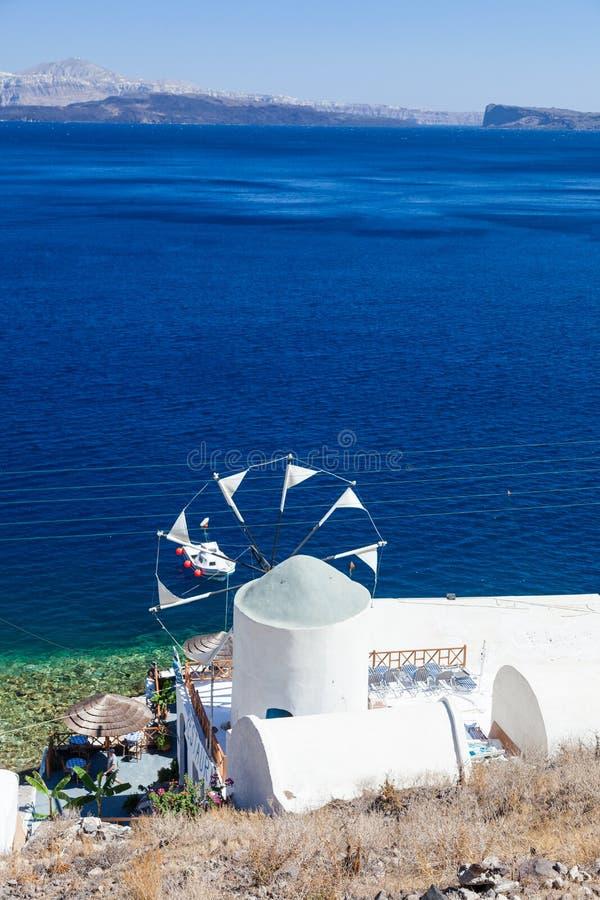 Vista sopra il mulino a vento e la caldera, Santorin, Grecia fotografie stock libere da diritti