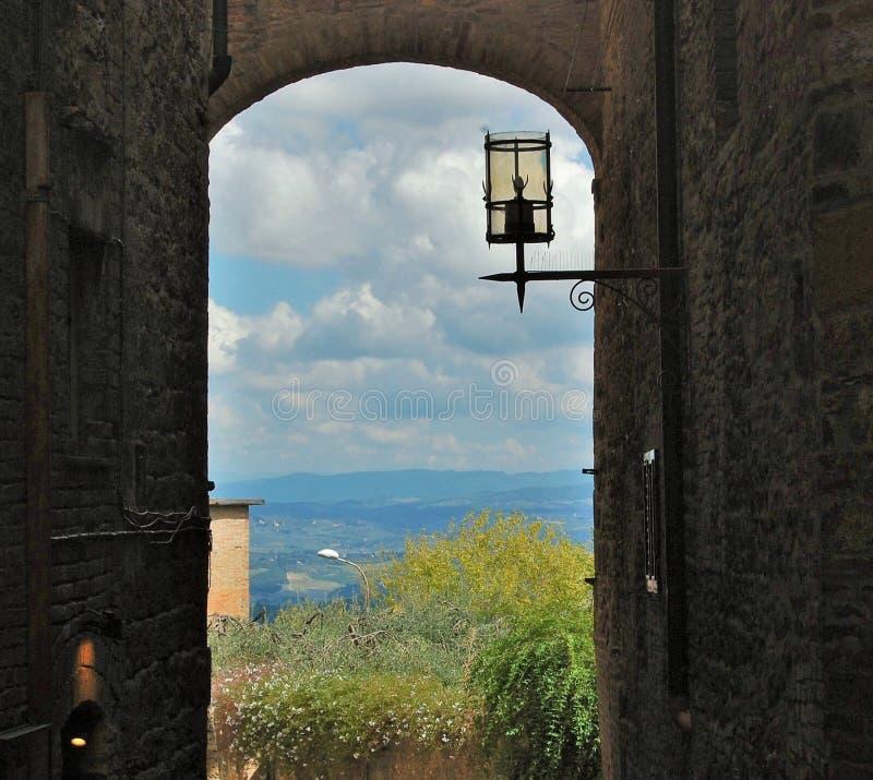 Vista sopra il paesaggio della Toscana da un vicolo immagine stock