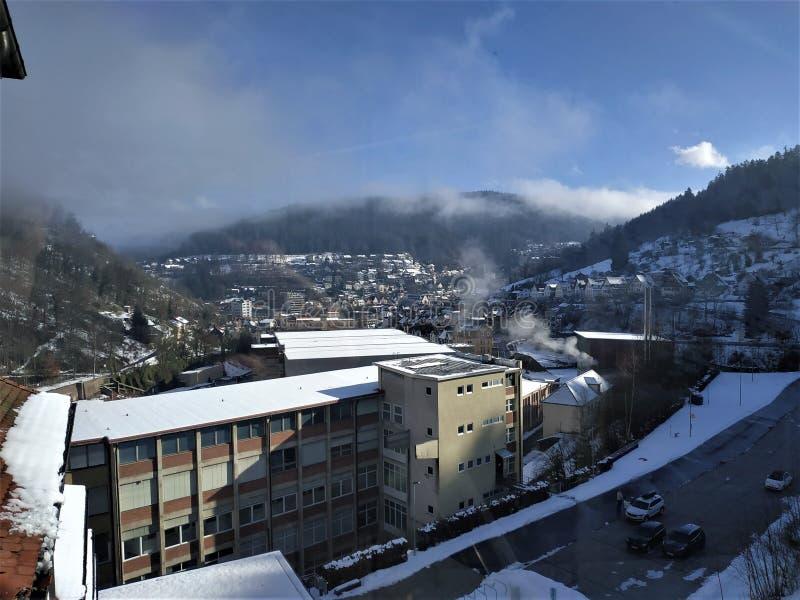 Vista sopra la città di Schramberg nella foresta nera fotografia stock