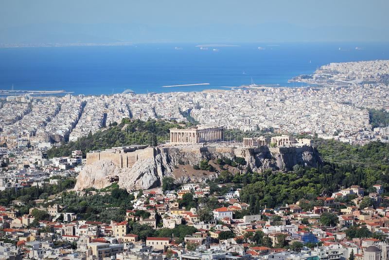 Vista sopra la città e l'acropoli dalla collina di Lycabettus a Atene, Grecia Panorama di Atene Bello paesaggio urbano con il sea fotografia stock