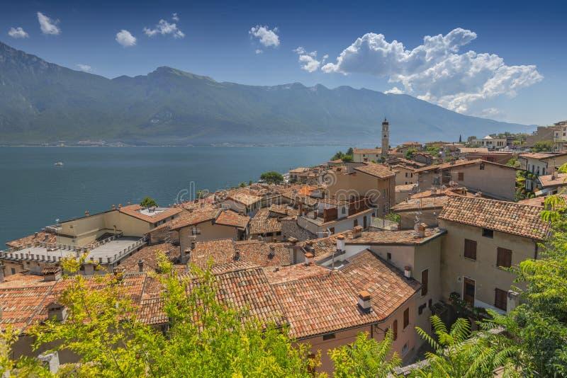 Vista sopra la città sulla polizia del sul di Limone, polizia del lago, Lombardia, Italia immagine stock libera da diritti