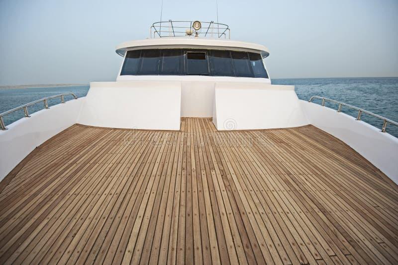 Vista sopra la prua sopra un grande yacht del motore con il ponte fotografie stock