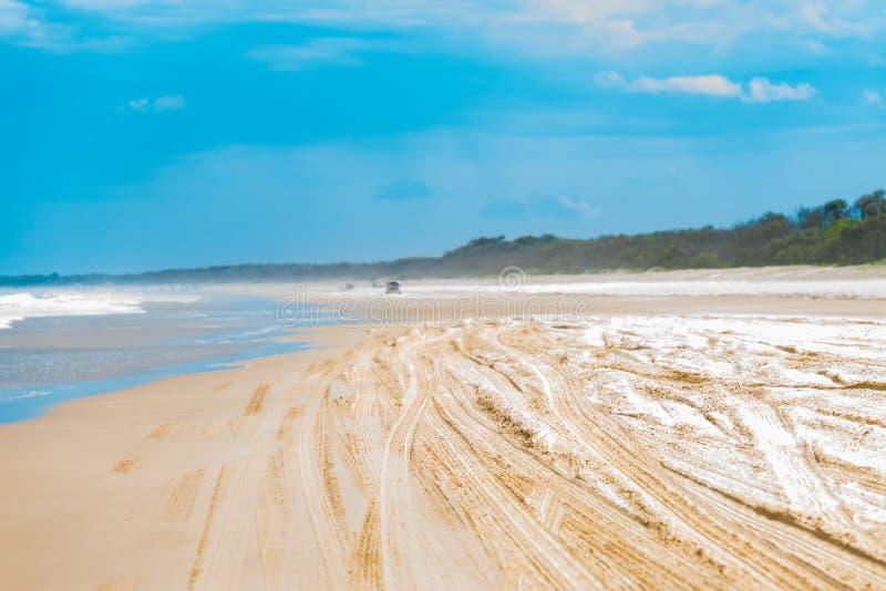 Vista sopra la spiaggia defocused con le piste del pneumatico fotografia stock