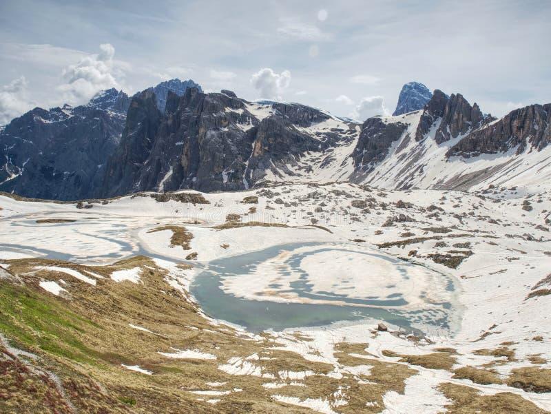 Vista sopra la valle alpina ai picchi taglienti delle alpi Montagne aumentate da fondo nuvoloso fotografie stock libere da diritti