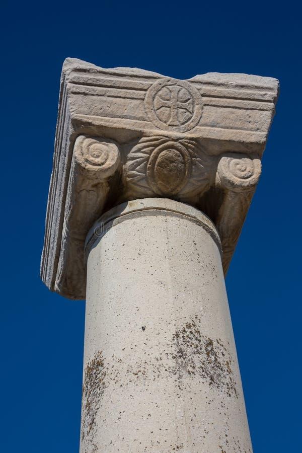 Vista sopra le colonne romane nelle rovine di Ephesus, Selcuk, Smirne, Turchia, bello cielo blu immagini stock