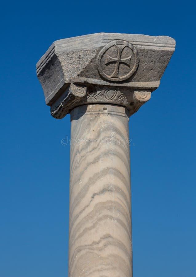 Vista sopra le colonne romane nelle rovine di Ephesus, Selcuk, Smirne, Turchia, bello cielo blu fotografia stock