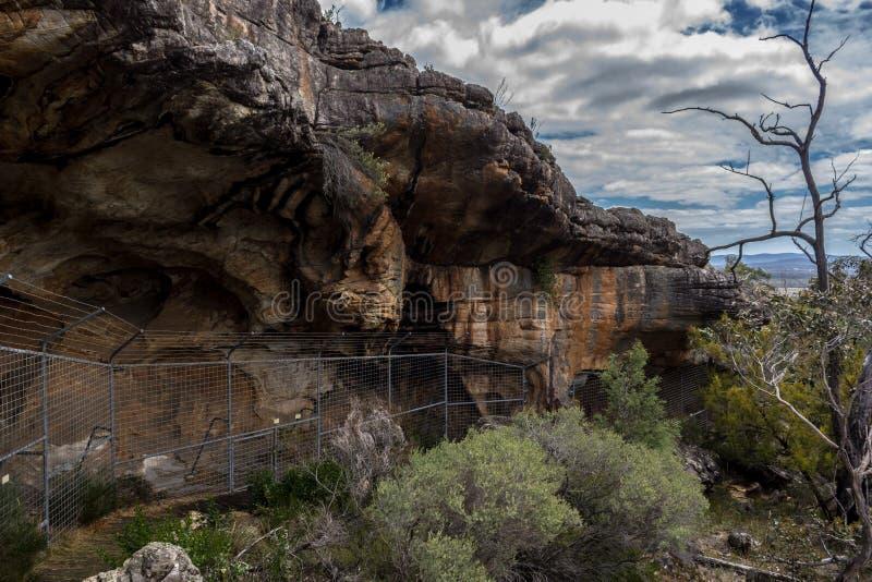 vista sopra una caverna aborigena, dietro un recinto, in Australia immagine stock libera da diritti