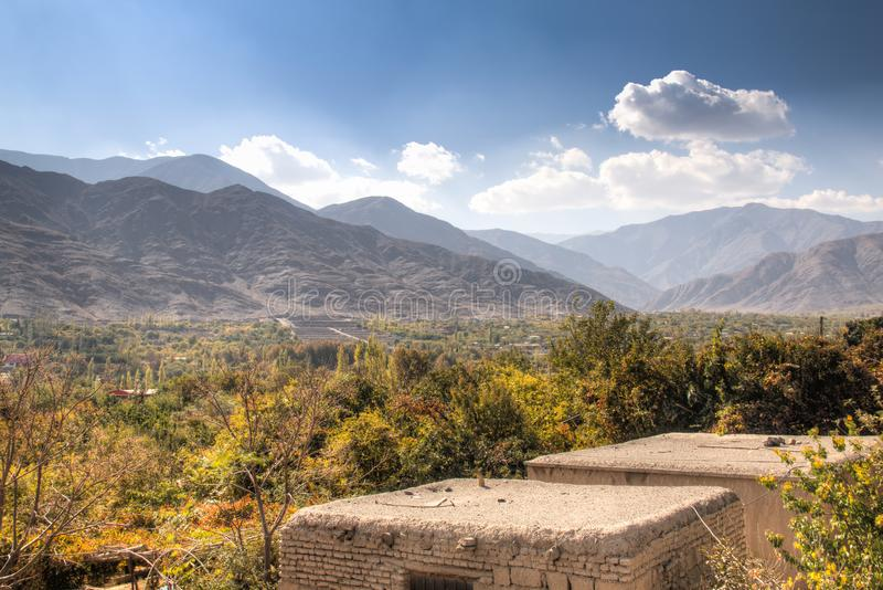 Vista sopra una città dell'oasi vicino a Kerman, Iran fotografie stock