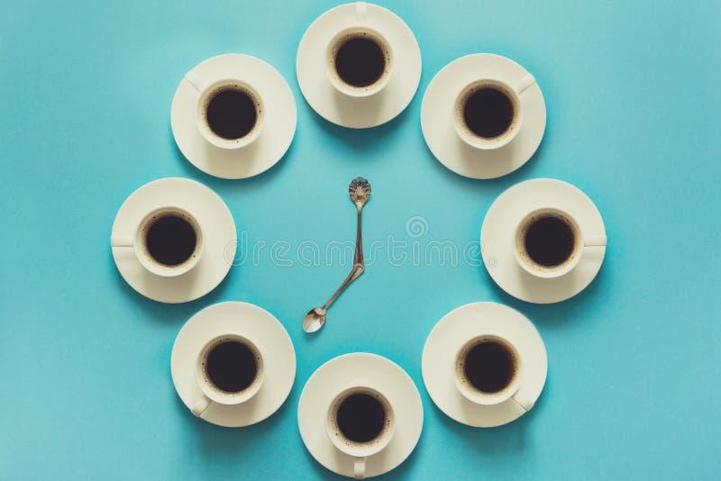 Vista sopraelevata dei punti nel bere una tazza di caffè espresso fresco Orologio del caffè Alimento di arte Concetto di buongior fotografia stock