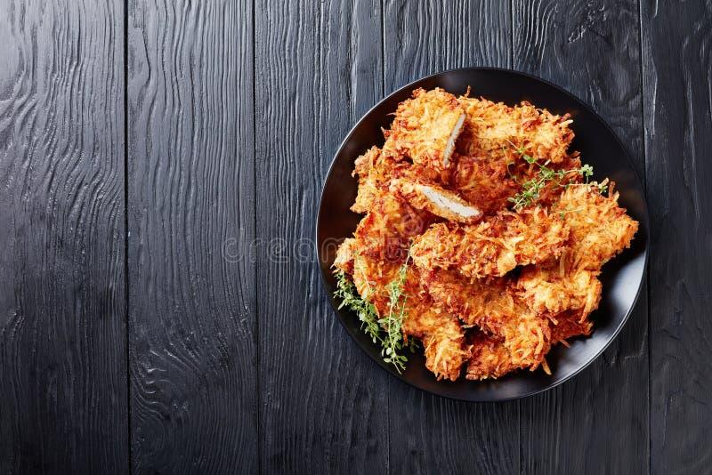 Vista sopraelevata dei tagli del seno di pollo fritto immagine stock libera da diritti