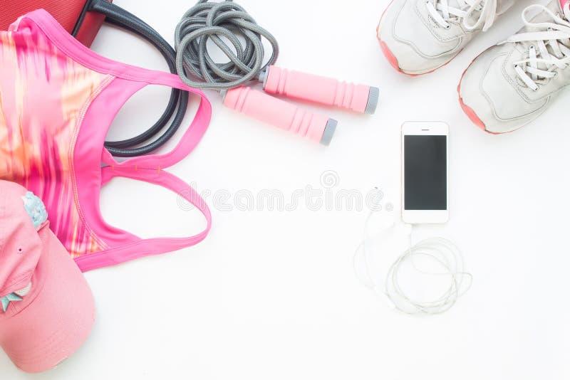 Vista sopraelevata del cellulare con il reggiseno di sport, la lacuna e la corda di salto fotografie stock