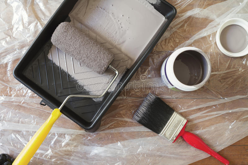 Vista sopraelevata del vassoio domestico del rullo della spazzola dell'attrezzatura della pittura fotografie stock