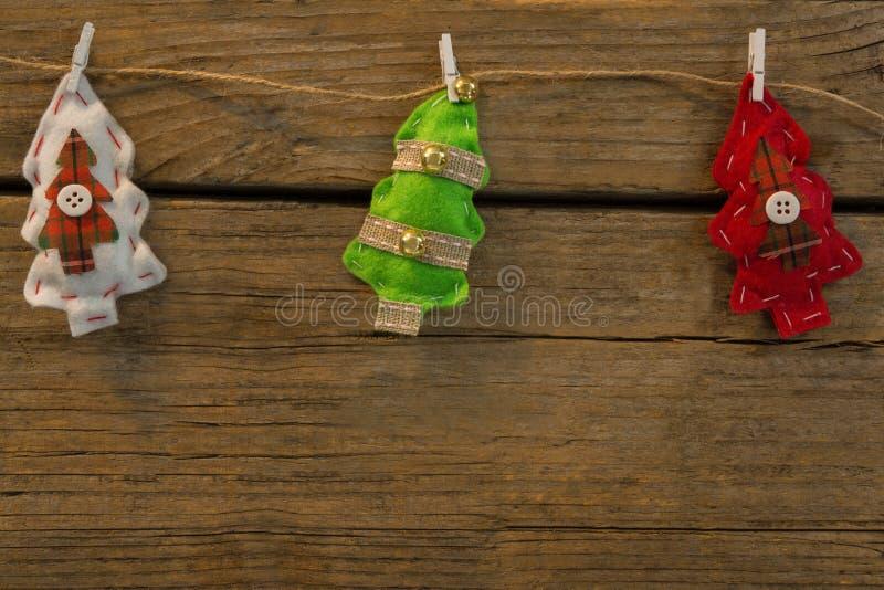 Vista sopraelevata delle forme dell'albero di Natale allegate con la clip sulla corda fotografia stock libera da diritti