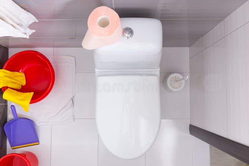 Vista sopraelevata di una toilette con i prodotti di pulizia immagini stock