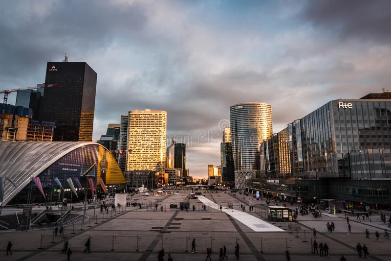 Vista spettacolare del distretto finanziario a Parigi fotografia stock libera da diritti