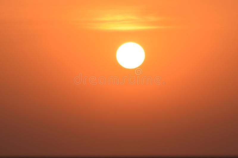 Vista spettacolare del sol levante che scala il cielo dopo l'alba fotografie stock libere da diritti