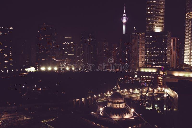 Vista spettacolare della città di notte Grattacieli di Kuala Lumpur, Malesia Metropoli di affari Costruzioni moderne Viaggio luss immagini stock libere da diritti