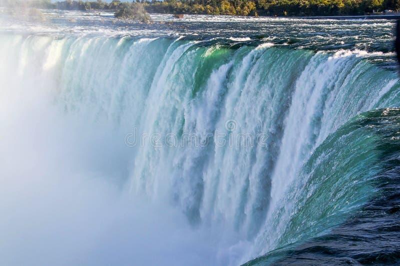 Vista splendida del paesaggio di cascate del Niagara Brontolio delle onde contro la riva rocciosa fotografie stock libere da diritti