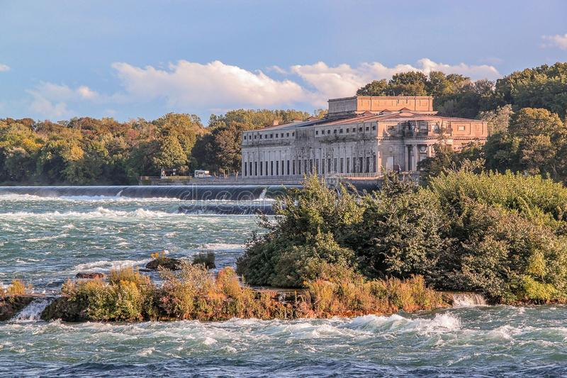 Vista splendida del paesaggio naturale Ampio fiume con gli alberi verdi sulla linea costiera Niagara Falls ontario canada fotografia stock