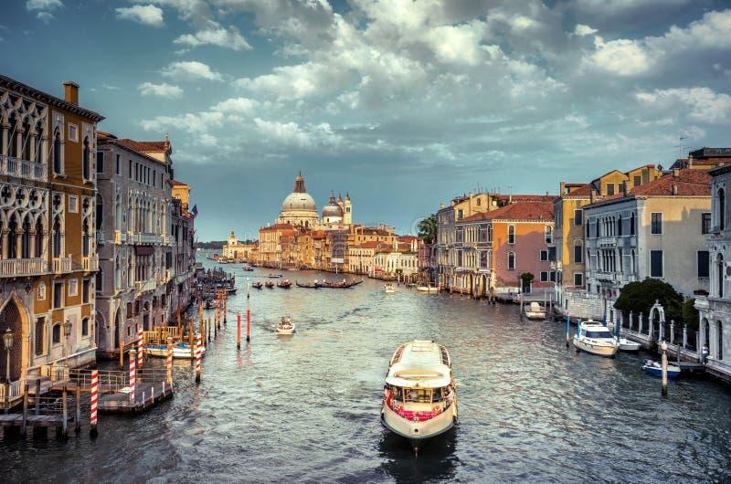 Vista splendida di Grand Canal e della basilica Santa Maria della Salute durante il tramonto con le nuvole interessanti, Venezia fotografie stock