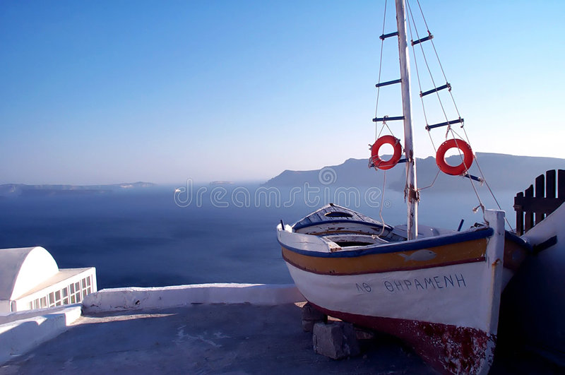 Vista stupefacente con la barca ed il mare 2 immagine stock