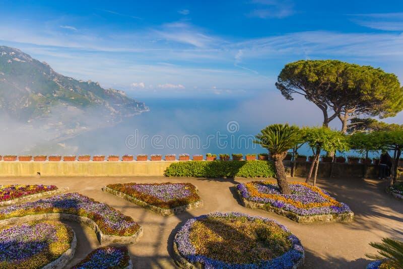 Vista stupefacente dalla villa Rufolo, città di Ravello, costa di Amalfi, campania, a sud dell'Italia immagini stock