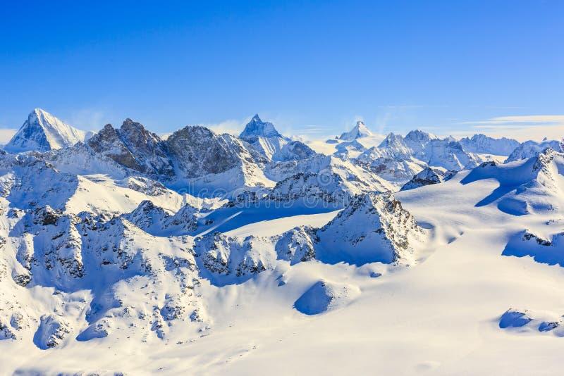 Vista stupefacente dei moutains famosi svizzeri nella bella neve di inverno immagine stock libera da diritti