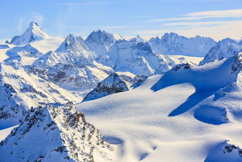 Vista stupefacente dei moutains famosi svizzeri nella bella neve di inverno immagini stock