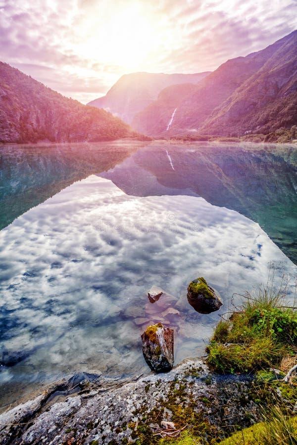 Vista stupefacente della natura con il fiordo e le montagne Bella riflessione Posizione: Montagne scandinave, Norvegia fotografie stock libere da diritti