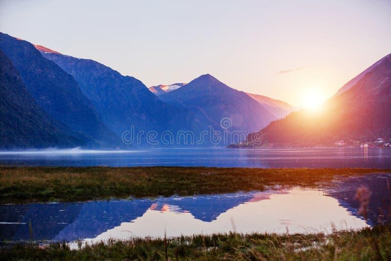 Vista stupefacente della natura con il fiordo e le montagne Bella riflessione Posizione: Montagne scandinave, Norvegia immagini stock