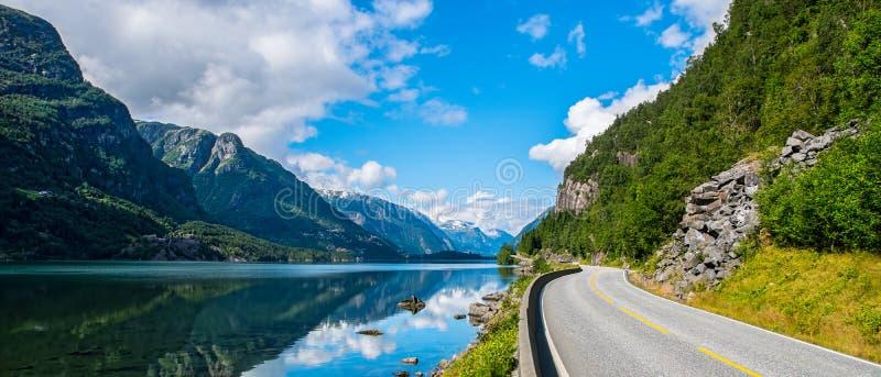 Vista stupefacente della natura con il fiordo e le montagne Bello reflecti fotografia stock