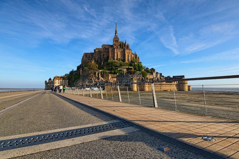 Vista stupefacente di mattina dell'abbazia di Mont Saint Michel È una delle attrazioni turistiche più famose in Francia Foto del  fotografia stock libera da diritti