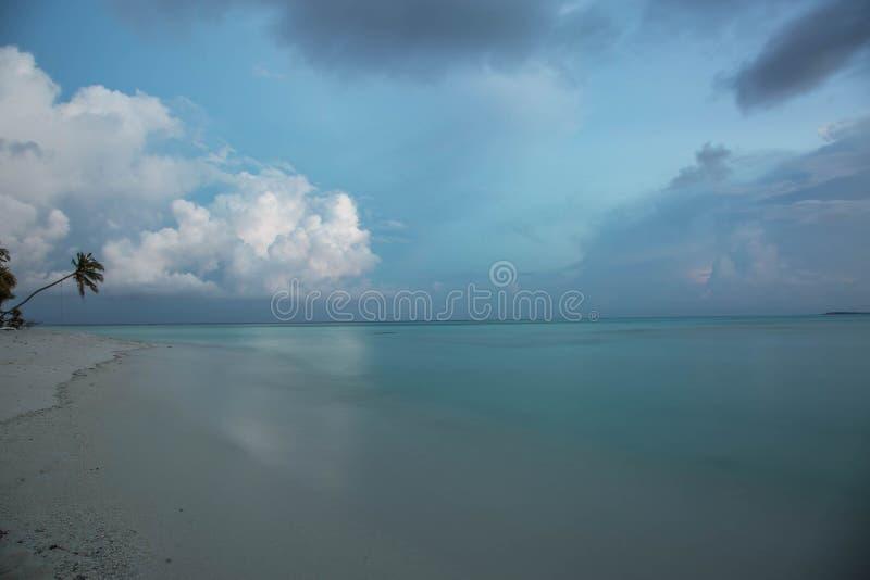 Vista stupefacente di paesaggio tropicale Acqua del turchese di Oceano Indiano e cielo blu con le nuvole bianche fondo splendido  fotografia stock libera da diritti