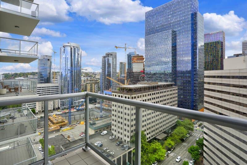 Vista stupefacente di paesaggio urbano di Seattle dal balcone dell'appartamento fotografia stock libera da diritti