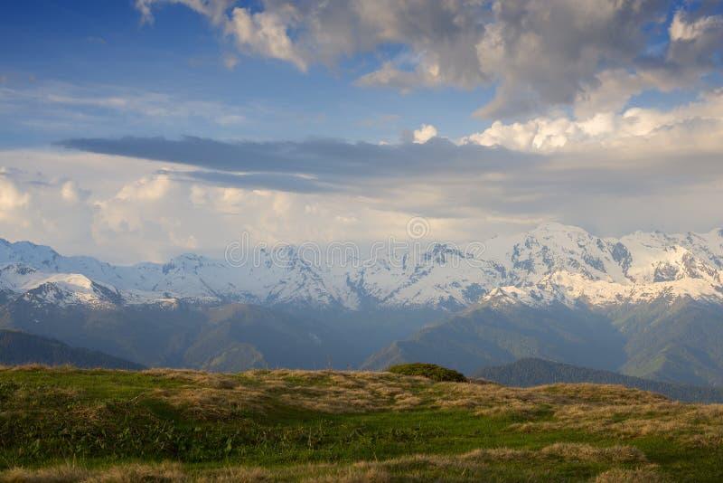 Vista stupefacente nelle montagne dopo la tempesta immagini stock