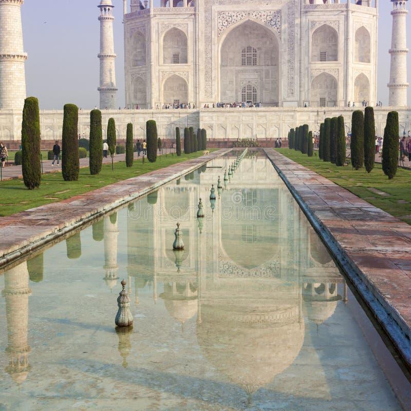 Vista stupefacente su Taj Mahal alla luce di tramonto con la riflessione dentro fotografia stock