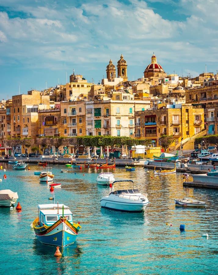 Vista su Birgu ed il porto con le barche immagine stock libera da diritti