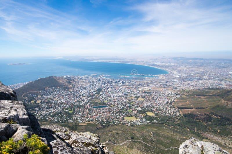 Vista su Cape Town e collina del segnale dalla cima della montagna della Tabella fotografia stock libera da diritti