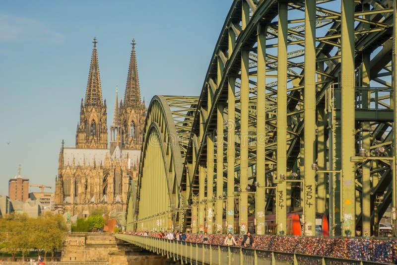 Vista su Colonia, Germania Cupola di Colonia e di Hohenzollernbridge immagini stock