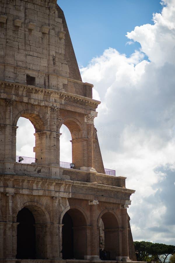 Vista su grande Roman Colosseum, Colosseo, Colosseo, anche conosciuto come Flavian Amphitheatre roma L'Italia europa fotografia stock libera da diritti