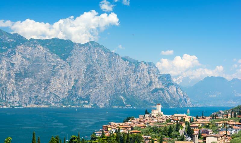Vista su Malcesine sopra la polizia del lago, Italia immagini stock libere da diritti