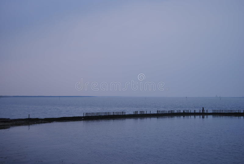 Vista su Oosterschelde nell'ora blu immagini stock libere da diritti