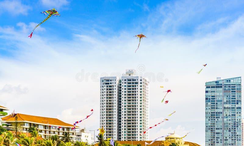 Vista su paesaggio urbano di Colombo con gli aquiloni variopinti, Sri Lanka con le costruzioni moderne fotografia stock libera da diritti