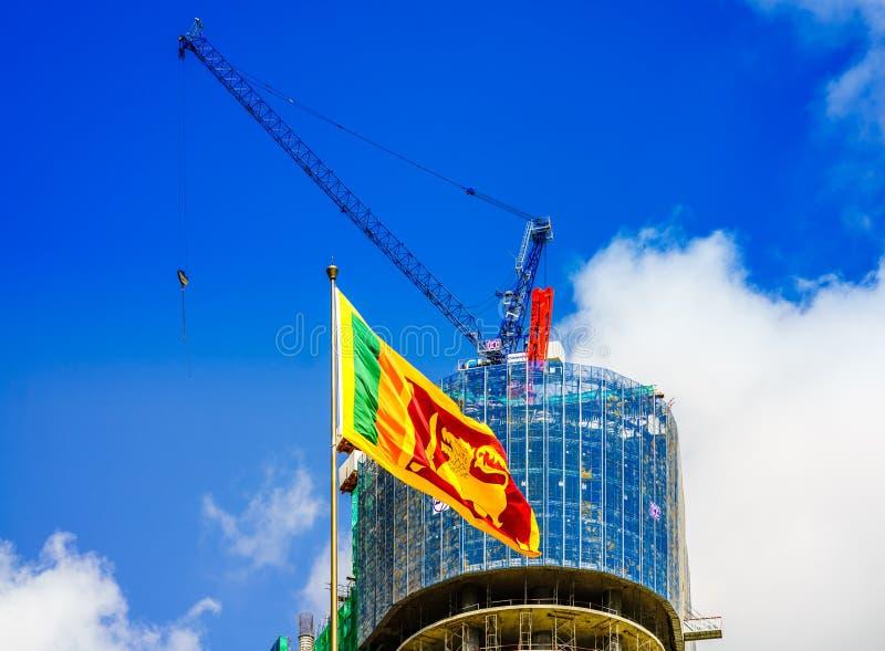 Vista su paesaggio urbano di Colombo con la bandiera dello Sri Lanka immagine stock