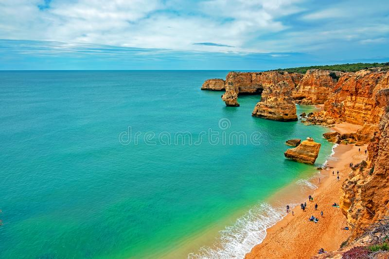 Vista su Praia da Marinha nell'Algarve Portogallo immagine stock