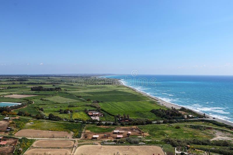 Vista su prova di rotondità di terra dalla collina di Kouklia Bella prospettiva da Kourion antico, Episkopi, Cipro I turisti poss immagini stock libere da diritti