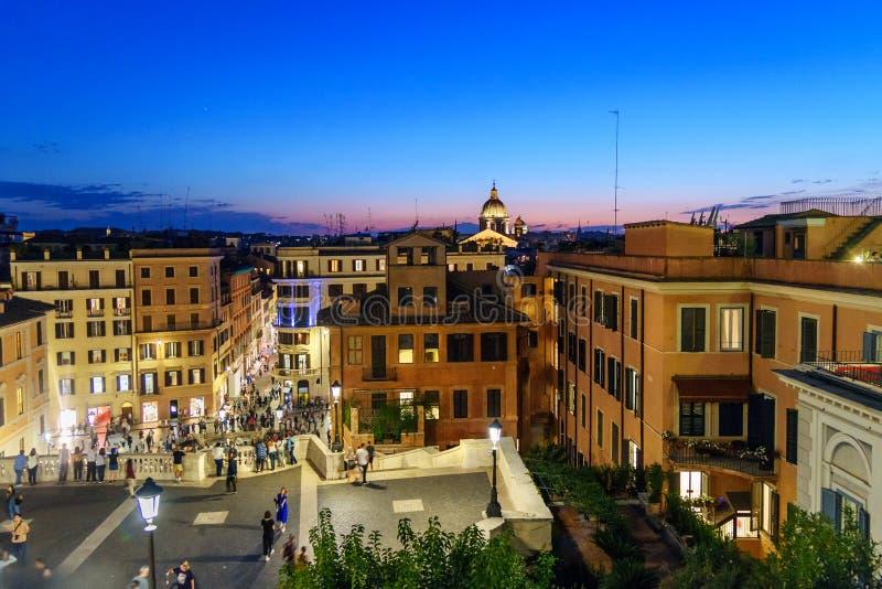 Vista su Roma con il dei Monti di Scalinata di Trinita o i punti spagnoli, Piazza di Spagna e via il dei Condotti alla notte L'It fotografia stock