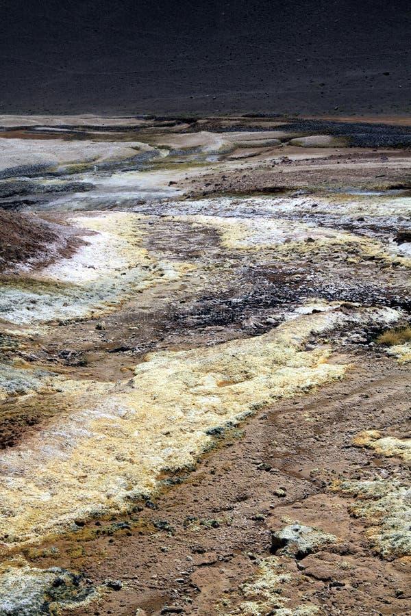 Vista su superficie gialla e bianca del lago di sale - plateau piano del sale di Maricunga vicino a San Pedro de Atacama, Cile fotografia stock