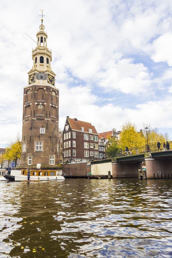 Vista su un canale a Amsterdam in autunno tardo immagini stock libere da diritti