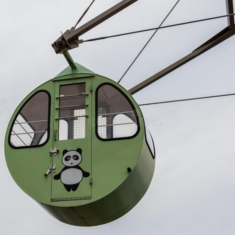 Vista su un giro, Ferris Wheel Cabin variopinto del dettaglio con l'orso di panda dipinto Situato nella terra di vista di Amanoha fotografie stock